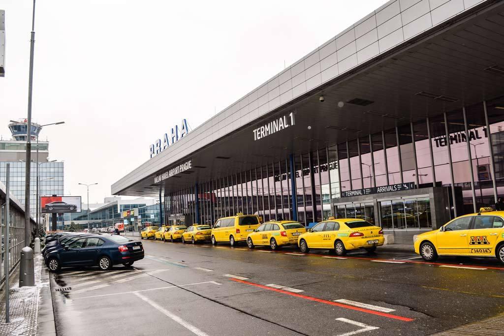 Из аэропорта Праги в город на такси